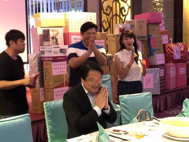 台北市議員許淑華(右1)赴基隆參加活動,並直言要向基隆市長林右昌(左1,坐者)請益,引發聯想。(吳康瑋攝)