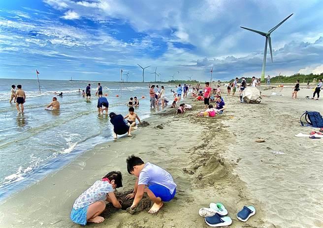 大安濱海樂園基於安全性及水質問題考量,暫時維持開放「沙灘戲水、衝浪、風箏衝浪」等水域遊憩活動。(台中市政府提供/陳世宗台中傳真)