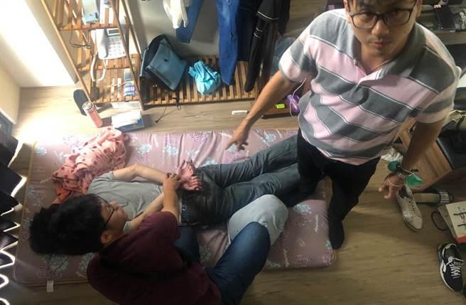 警方在竹東一處透天厝內逮捕「保全李宗瑞」羅姓男子。(民眾提供/戴志揚翻攝)