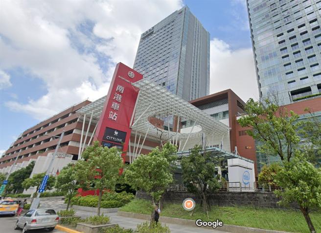 南港捷運站驚傳墜樓,中年男子倒血泊,已無呼吸心跳。(Google Map/蘇育宣翻攝)