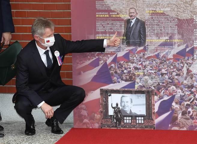捷克參議院議長韋德齊1日參訪立法院,並在民主友誼牆前蹲下,對著訪台前猝逝前議長柯佳洛的照片比讚。(姚志平攝)
