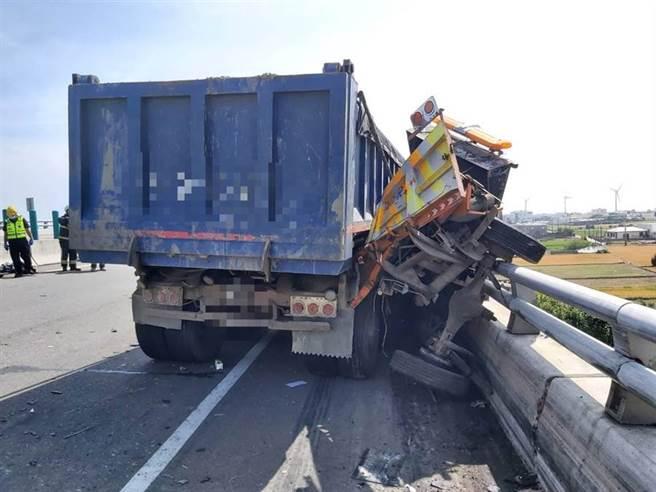 台61線西濱快速公路130.7公里處,聯結車撞2工程車,造成2死3傷。(苗栗縣消防局提供/巫靜婷苗栗傳真)