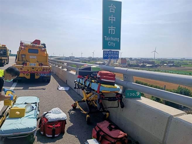 台61線西濱快速公路130.7公里處,聯結車撞2工程車,造成2死3傷。(民眾提供/巫靜婷苗栗傳真)