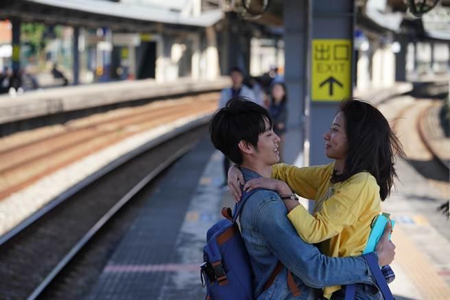 陳妤、曹佑寧兩人終於在車站相見。(華映娛樂提供)