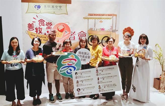 高雄市社會局為了協助新住民融入社會,透過餐桌料理文化讓台灣民眾擁抱新朋友。(林雅惠攝)