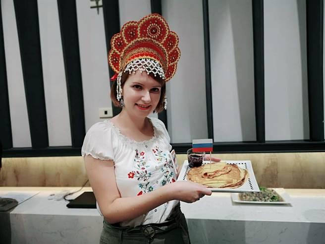 新住民高珊珊分享製作的俄羅斯布林餅。(林雅惠攝)