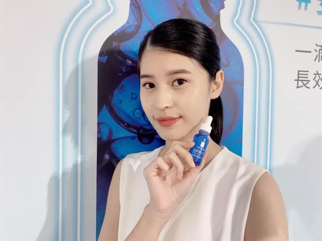 理膚寶水推出新品「多容安舒緩保濕修護精華」,暱稱為「安心小藍瓶」,極度敏感肌與眼周皆可安心使用。(圖/邱映慈攝影)