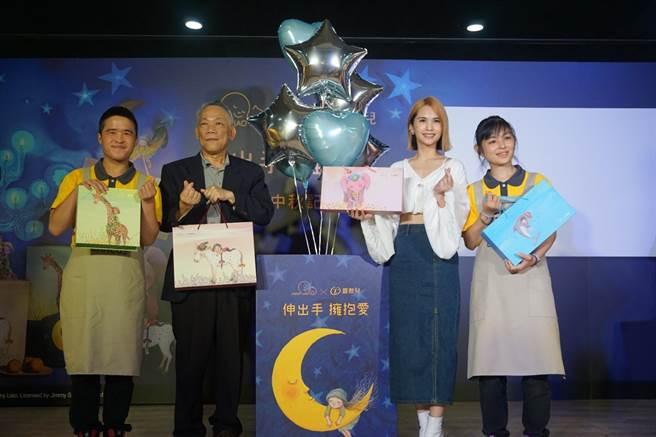楊丞琳今出席記者會,與憨兒們共同手比愛心宣佈月餅開賣。(喜憨兒基金會提供)