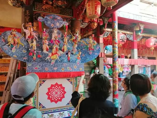 農曆七月是中元普渡月,廣濟宮內擺設許多普渡用的紙厝,各有不同的意義。(世界宗教博物館提供)