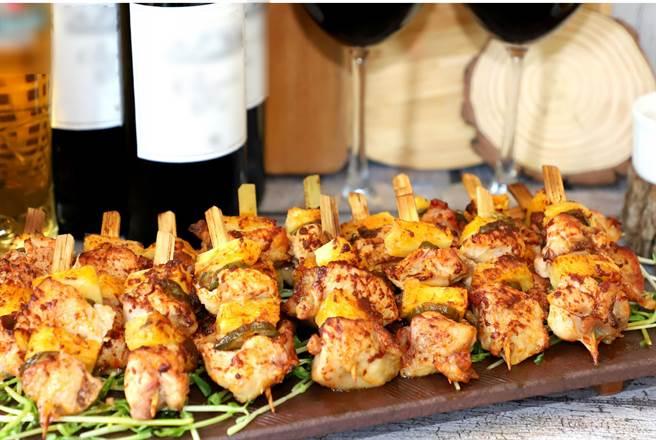 「墨西哥雞肉串」,主廚特選墨西哥辣椒搭鳳梨、雞腿肉,再沾上特製辣醬燒烤。(台中林酒店提供)