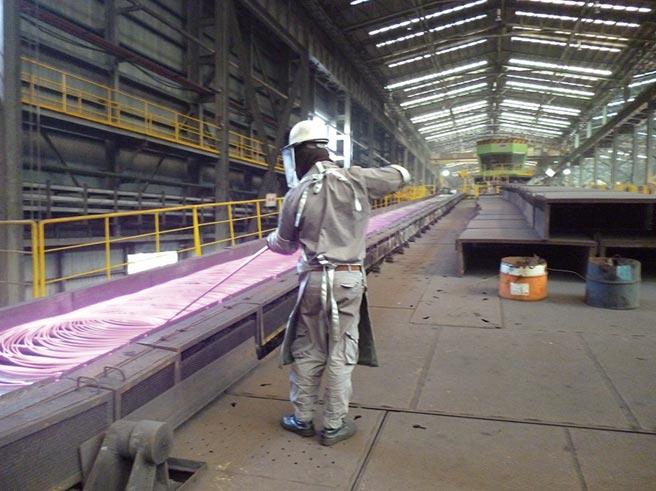 官田鋼鐵廠的現場高溫作業特別注意工業安全防護。圖/業者提供
