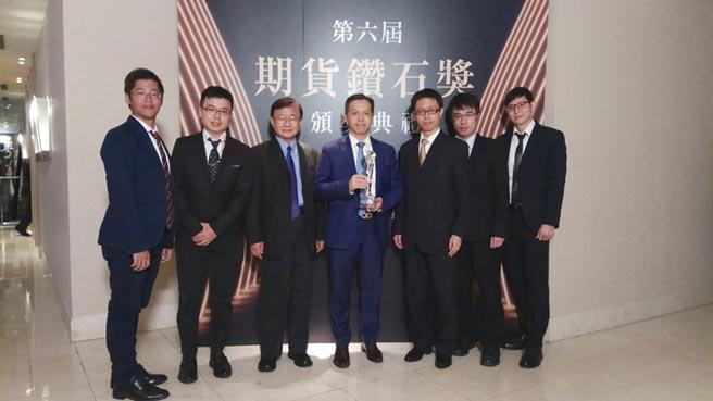 康和證券獲頒2020年第6屆「期貨鑽石獎」之「證券業交易量成長鑽石獎」,董事長鄭大宇(中)感謝主管機關的肯定。圖/康和證券提供