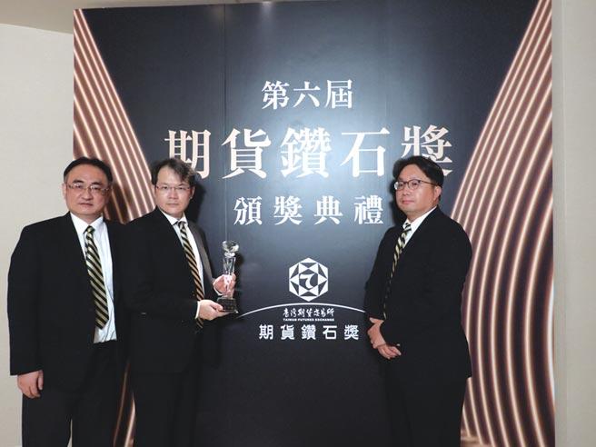 由右至左,元大投信董事長劉宗聖、資深副總經理譚士屏、資深經理曾士育。圖/公司提供