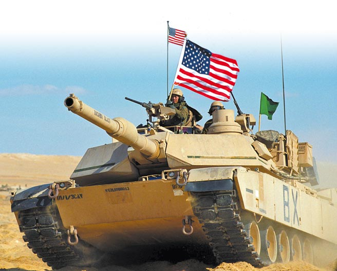 國防部編預算向美採購「地表最強坦克」M1A2T坦克,分4批次在2023至2026年交付。圖為昔日美軍與他國聯合演習的陸軍M1A2坦克。(美聯社)