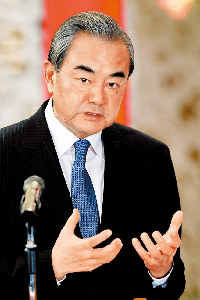 大陸外交部長王毅揚言讓捷克參議院長韋德齊付出深重代價。(美聯社)