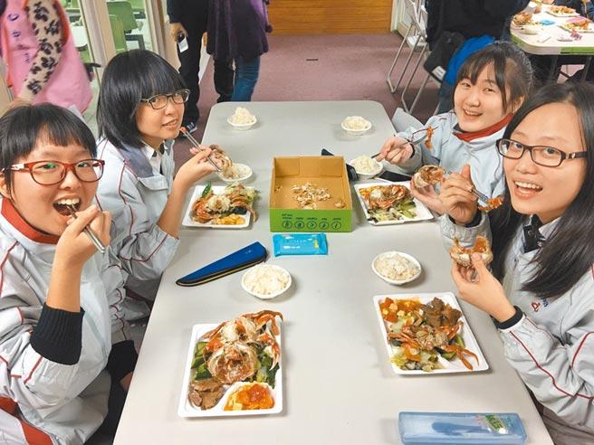 不少家長擔心美國進口肉品,恐流入學生營養午餐,台北市教育局指出,與廠商合約一律簽訂使用國內的肉品。(北市教育局提供/游念育台北傳真)