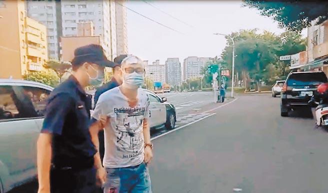 警方將頭部重傷的胡男帶回偵訊。(翻攝照片/戴上容新北傳真)