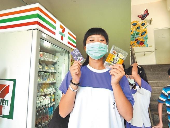 智慧販賣機這學期進入嘉義縣民雄鄉大吉國中,昨天開學日,學生拿著印製有「黑白」圖樣的icash卡買東西。(張毓翎攝)