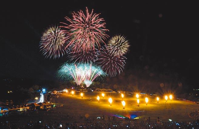 2020台灣熱氣球嘉年華,前晚在璀璨的噴火、雷射聲光及煙火秀中圓滿閉幕。(莊哲權攝)
