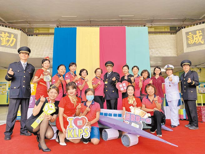 高雄市桂林國小將校園打造成機場場景,讓孩子們享有偽出國的體驗。(桂林國小提供/洪浩軒高雄傳真)