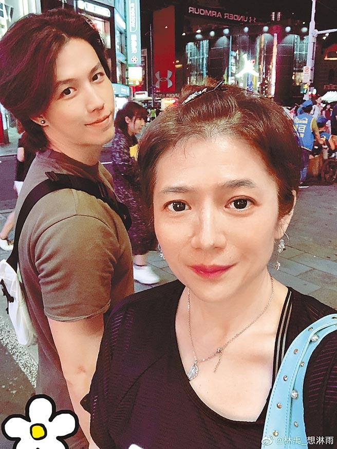林禹(左)首度拍台语剧,妈妈曾哲贞也支持。(摘自微博)