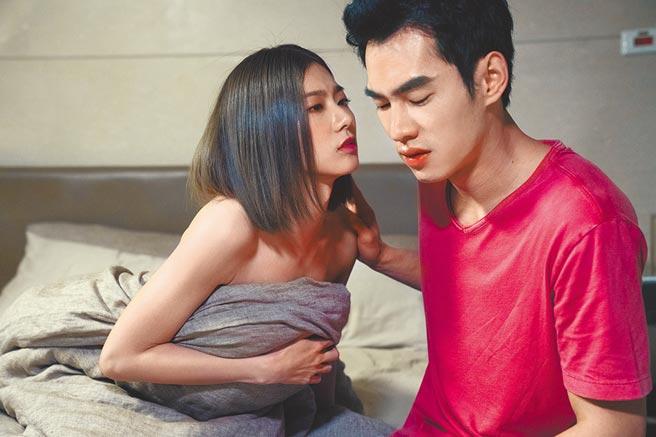 蔡黃汝(左)在《腦波小姐》中與張書豪有歇斯底里的親密戲。(麗象影業提供)