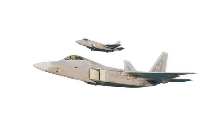 5月18日,美軍F-22與F-35飛越佛羅里達西北部的翡翠海岸。(取自美國空軍官網)