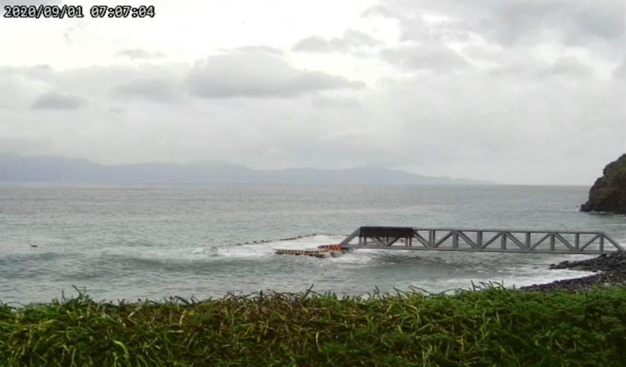受颱風影響,浪潮有蓋過龜山島碼頭的情況,考量遊客安全今天龜山島封島一天。(東北角暨宜蘭風景區管理處提供/李忠一宜蘭傳真)