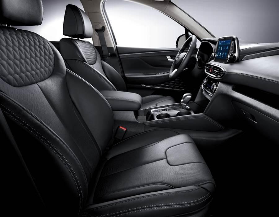 SANTA FE LUX內裝採用內斂奢華的新黑質感設計