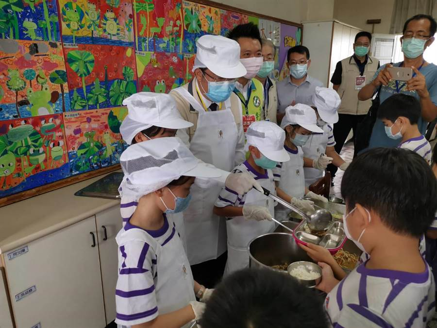 黃偉哲視察大新國小午餐 重申中小學午餐一律採用國產豬肉 - 臺南市