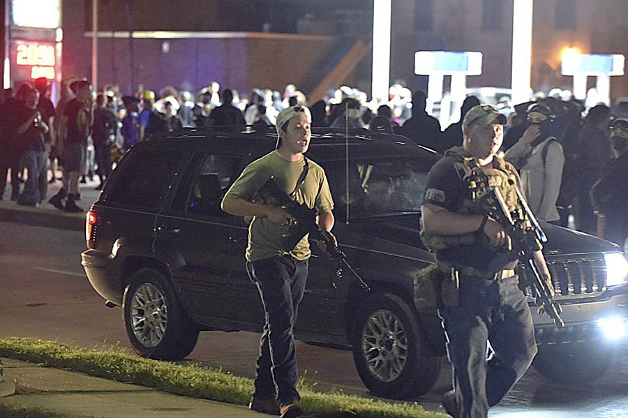 對於青年瑞登豪斯開槍射殺「黑人的命也是命」示威者,川普表示他開槍是自衛,否則他早就被殺掉了。圖為瑞登豪斯當晚在基諾沙市持槍上街。(美聯社)