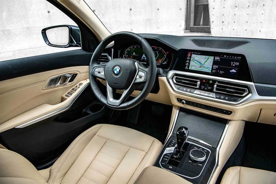 全新2.0L BMW 318i以Vernasca真皮內裝與全數位虛擬座艙打造,營造兼具科技與舒適的豪華座艙,限量100台更升級360度環景輔助攝影、遠端3D監控、HiFi高傳真音響系統與電動行李廂啟閉系統等4項豪華配備