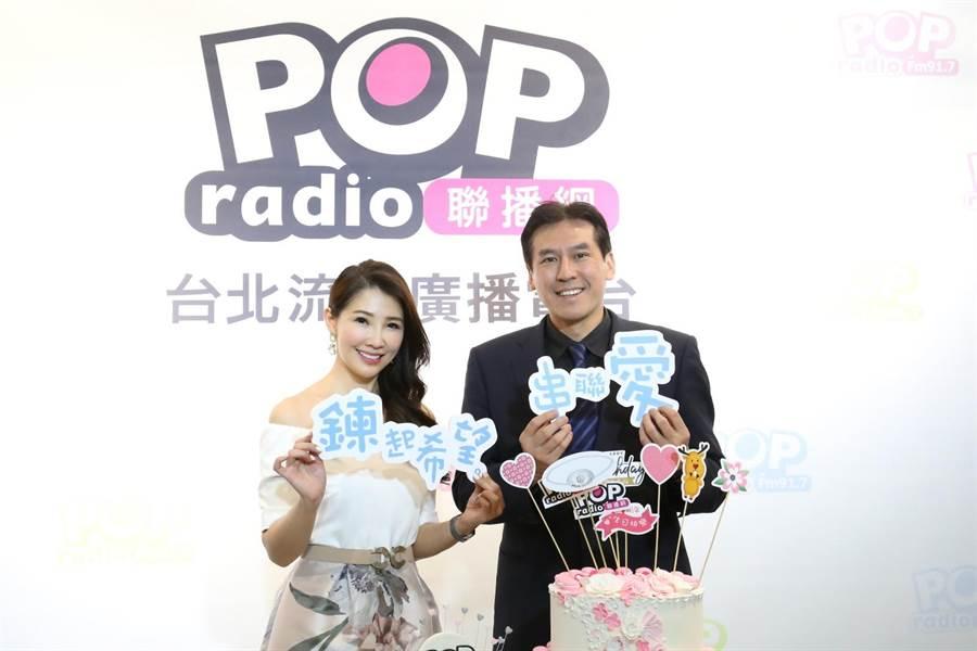 黃暐瀚(右)送上蛋糕慶POP Radio台慶,也預祝林書煒(左)能如願拿下廣播金鐘獎。(POP Radio提供)