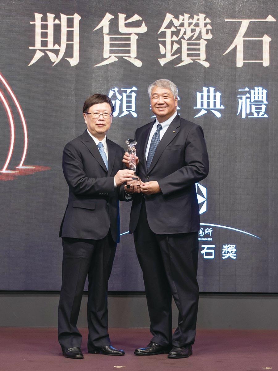 期交所董事長吳自心(左),元富證券董事長陳俊宏(右)。圖/元富證券 提供