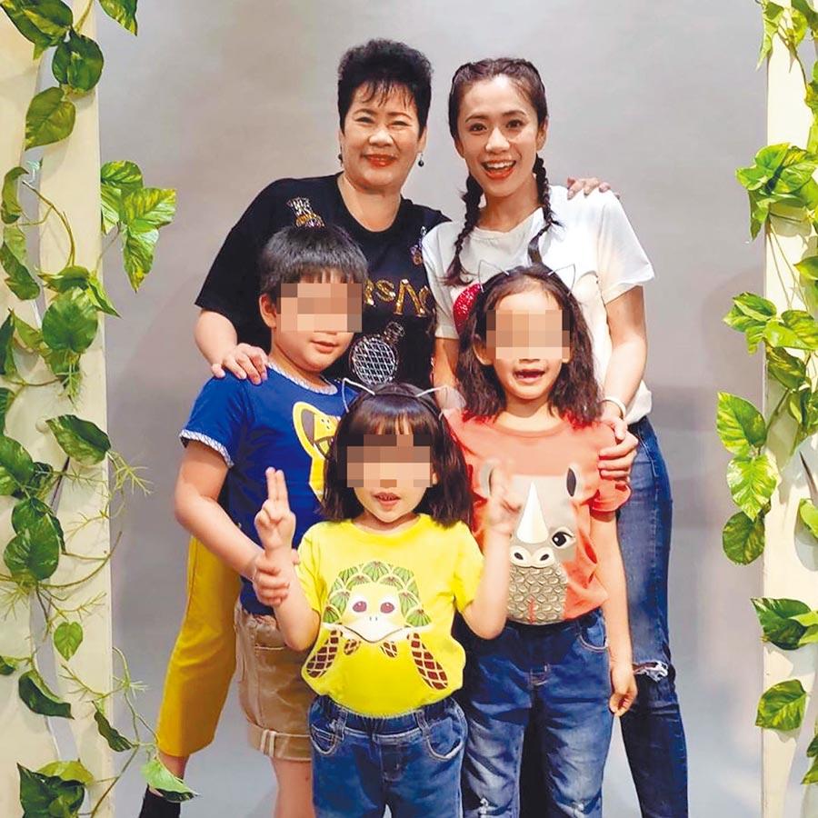 柯以柔(後排右)、柯媽媽(後排左)日前帶著3個孩子開心合照。(摘自臉書)