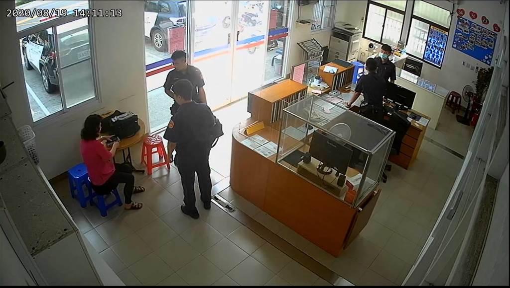 蔡姓婦人將50萬元放在機車腳踏墊被假檢察官取走,警方逮捕王姓女車手,成功追回贓款新台幣49萬5000元。(警方提供/林雅惠高雄傳真)