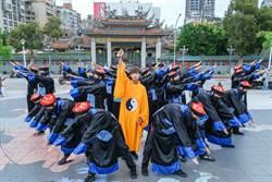 鼓鼓率20名殭屍出沒台北街頭 鬼月扮道士與群屍亂舞