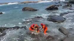 鼻頭角泳客無力倒岸邊 獲海巡署救援