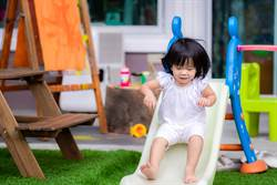 2歲女童突安靜 媽回頭驚見滿腿「紅色符咒」秒嚇壞
