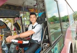 劉冠廷駕公車上路糗開一半熄火