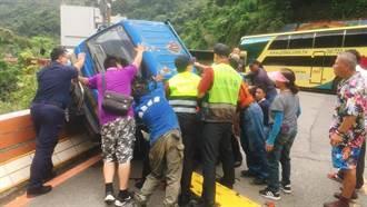 8旬翁開小貨車自撞橋墩 手部受傷受困車內