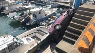 男子駕車遊南寮 一個緊張衝出路面摔落港邊