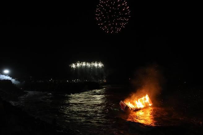 波濤洶湧的浪花,讓現場的水燈幾乎只要飄出海,就會被浪頭蓋過,現場民眾心急如焚。(吳康瑋攝)