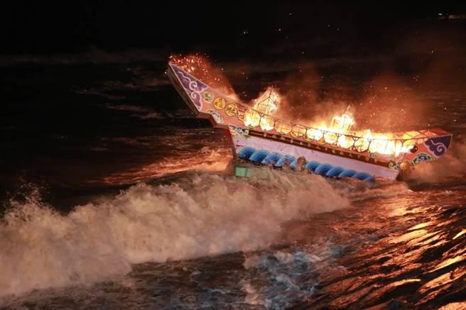 波濤洶湧的浪花,讓現場的水燈幾乎只要飄出海,就會被浪頭蓋過,現場民眾心急如焚。(基隆市政府提供/吳康瑋基隆傳真)