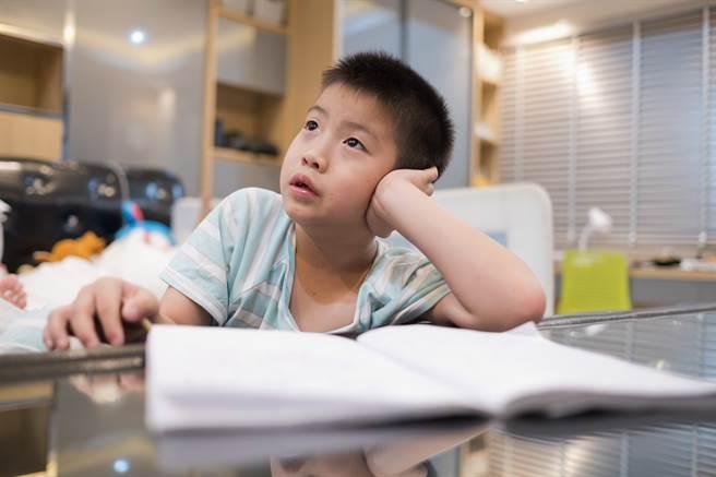 小主人不乖乖寫作業、偷看電視,看得太入神差點被爸爸逮到(示意圖/達志影像)