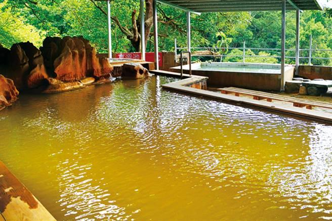 瑞穗溫泉水中因有鐵質會產生黃色結晶物,同時還帶點淡淡的鐵銹味。(圖/花蓮趣提供)