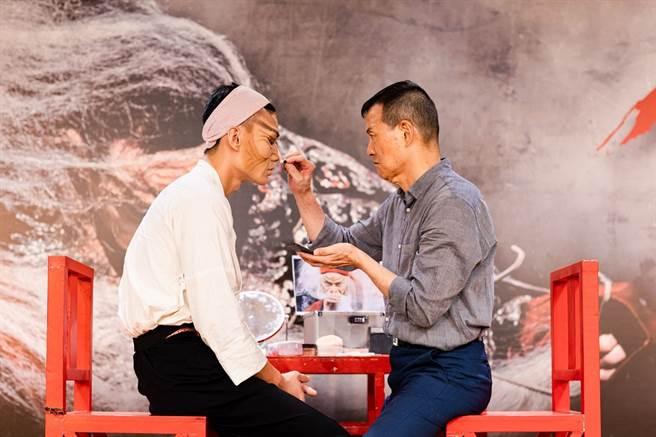在七月的宣告記者會上,吳興國替弟子朱柏澄著李爾王的妝,傳承意味濃厚。 (國家兩廳院 提供)
