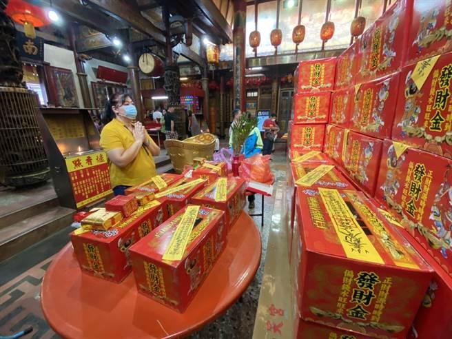 信徒許小姐表示,每年中元節一定會來台中南天宮補百萬財庫,他覺得非常的靈驗。(馮惠宜攝)