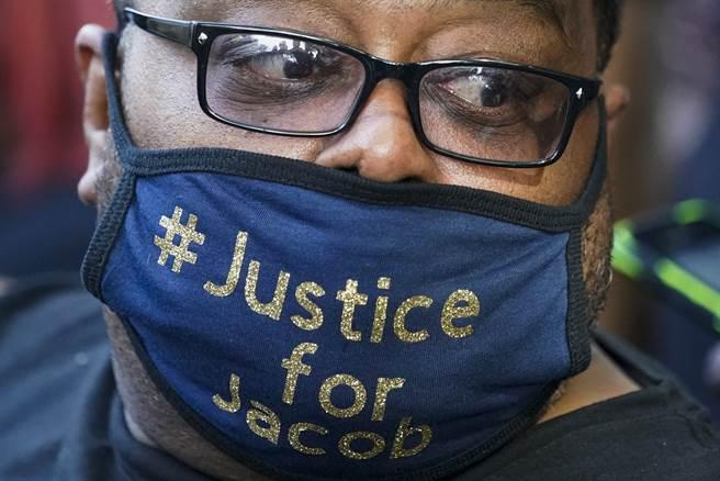 川普原先在訪基諾沙市的行程中,預定與遭警槍擊的非裔布雷克家屬見面,但其父親稱不希望川普藉此作政治秀。圖為布雷克的父親老布雷克(美聯社)。