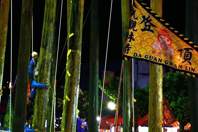 今年全台唯一搶孤活動「恆春豎孤棚」2日晚間熱鬧登場,雖受疫情影響規模變小,但魅力不減,仍吸引數千人到場觀戰。(謝佳潾攝)